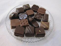 chocolats lait et noir sur assiette de présentation - Voir en grand