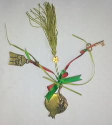 porte bonheur avec clef, grenade, petite maison et rubans verts - Voir en grand