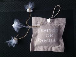 Coussin brodé 'Esprit de Famille' senteur lavande avec dragées pour mariage - Voir en grand