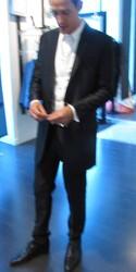 Costume sur mesure avec sa veste longue - Voir en grand