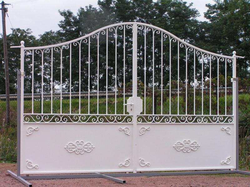 Portail exposition fer forge blanc charollais brionnais for Petit portail fer forge
