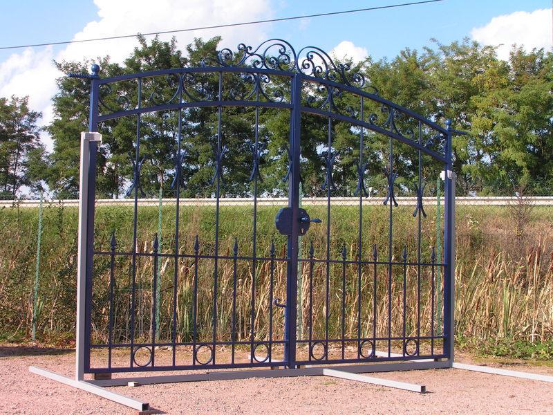 Portail exposition fer forge bleu charollais brionnais for Petit portail en fer