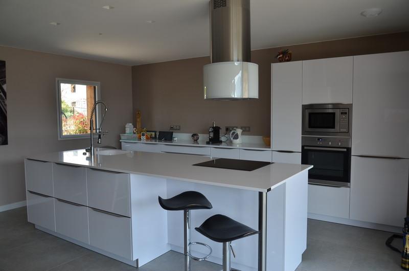 cuisine quip e sur mesure cuisine design traditionnelle ste cuisines a o c chamb ry 73. Black Bedroom Furniture Sets. Home Design Ideas