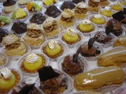 Choux praliné, tartelettes citron et crumble chocolat. - Voir en grand