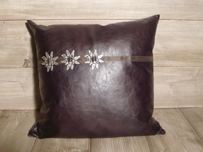 coussin simili cuir avec ruban et broche edelweiss de. Black Bedroom Furniture Sets. Home Design Ideas