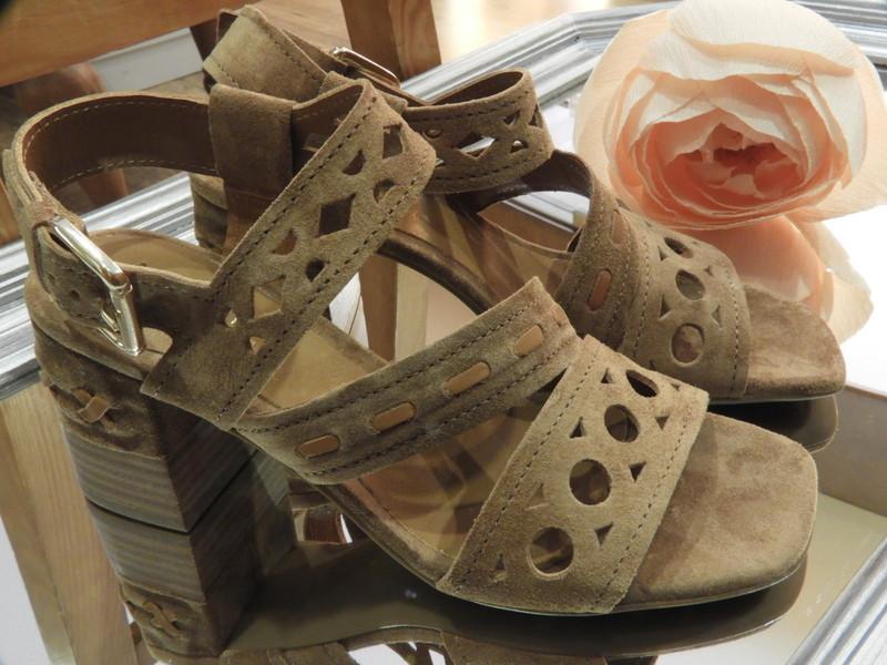 Sandales à talon cuir velours marron et beige ALPE - Voir en grand