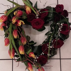 coeur en fleurs tulipes et roses pour obsèques - Voir en grand