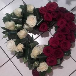 coeur en roses blanches et rouges pour deuil - Voir en grand