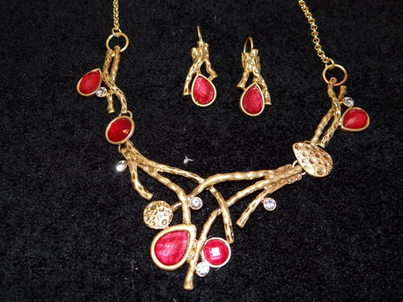 collier or et rouge avec ses boucles d'oreilles - colliers - EMMANUELLE COIFFURE - Voir en grand