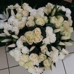 coeur en fleurs blanches pour deuil - Voir en grand