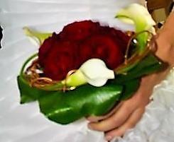 bouquet de mariée rond original rose rouge et calla - Voir en grand