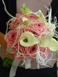 bouquet de mariée rond original rose et calla - Voir en grand
