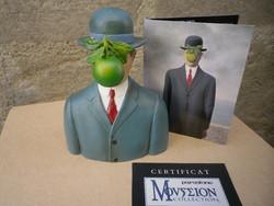 """Figurine Magritte """"Le fils de l'Homme"""" Pomme - FIGURINE DE COLLECTION ET PIECES DE MUSEE - ANTAN ET NEO - Voir en grand"""