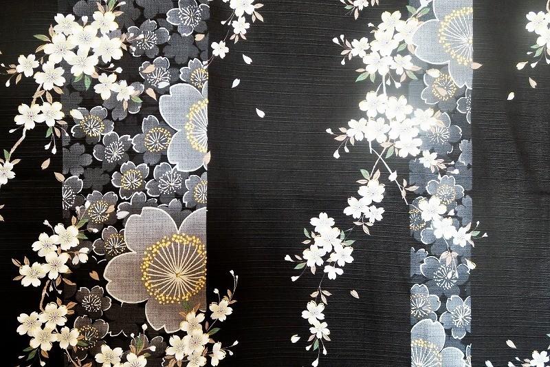 Yukata kimono en coton sakura feurs de cerisie noir - Comptoir du Japon - Voir en grand