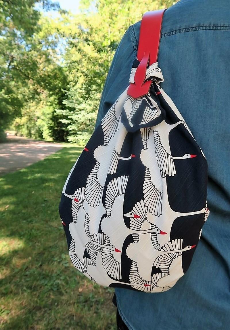 Transformer un carré de tissu en sac avec les anses Miyako - Comptoir du Japon - Voir en grand