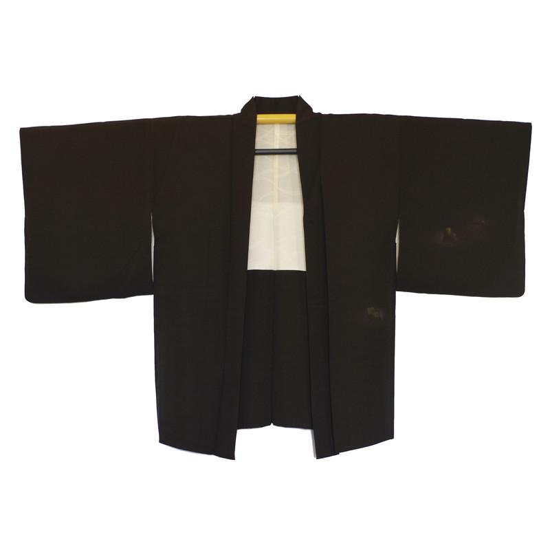 Veste japonaise haori noir en soie, broderies et kamon - Kimono et haori en soie - Comptoir du Japon - Voir en grand