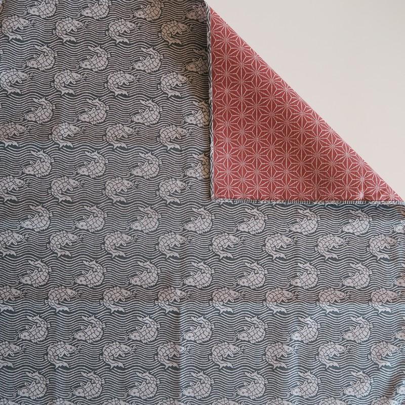 Grand furoshiki 105 cm, carré de tissu japonais, réversible poisson et asanoha - Voir en grand