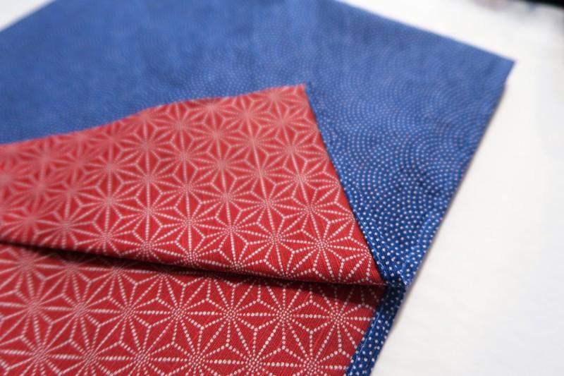 Furoshiki 105cm, carré de tissu japonais, réversible pointillés sur bleu et asanoha sur rouge - Voir en grand