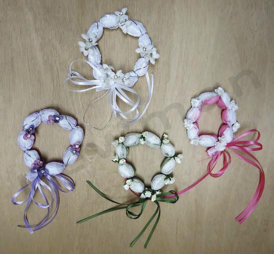 Cadeau d'invité Couronne romantique avec dragées, dentelle, rubans et petites fleurs pour mariage - Voir en grand