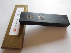 Bâtonnet d'encre japonaise pour calligraphie - Comptoir du Japon - Voir en grand