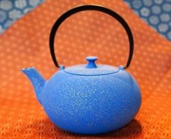 Théière en fonte japonaise bleue Wazuqu 0,55 L. - Théières - Comptoir du Japon