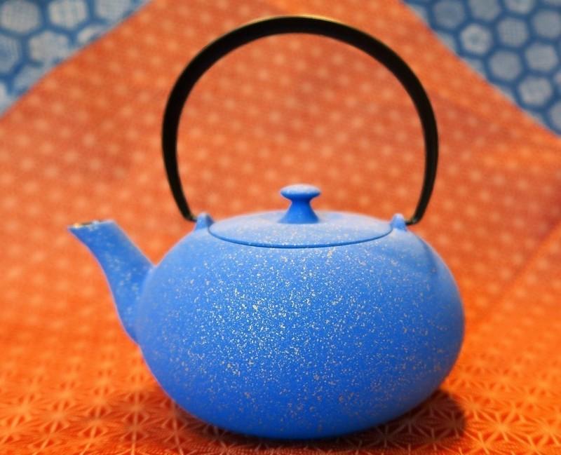 Théière en fonte japonaise bleue Wazuqu 0,55 L. - Théières - Comptoir du Japon - Voir en grand