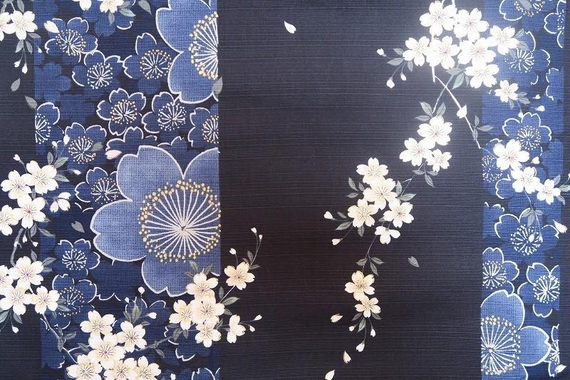 Yukata kimono en coton sakura feurs de cerisie bleu - Comptoir du Japon - Voir en grand