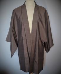 Veste japonaise Haori homme brun en soie sur mannequin - Comptoir du Japon - Voir en grand