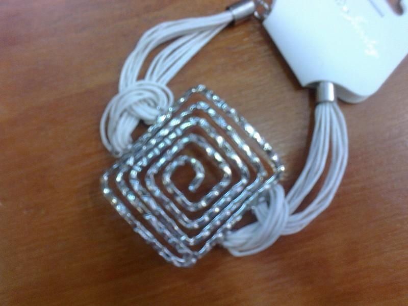 Bracelet fantaisie avec motif Grec argenté et corde écru - Voir en grand