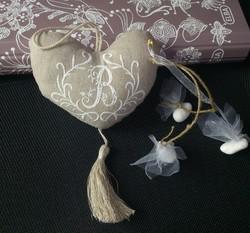 Coussinet 'Coeur' Brodé en lin avec dragées - Voir en grand