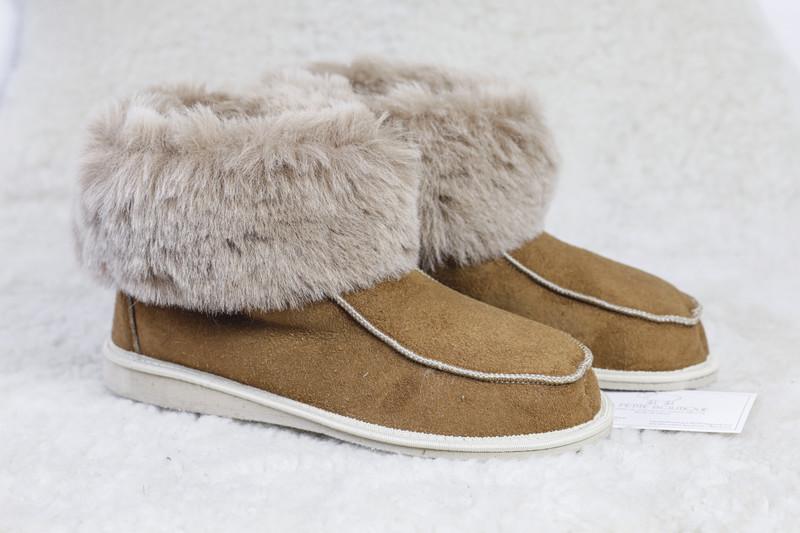 chaussons-pantoufles en mouton retourné trés cocooning - Chaussons-pantoufles en peau et laine - La Petite Boutique - Voir en grand