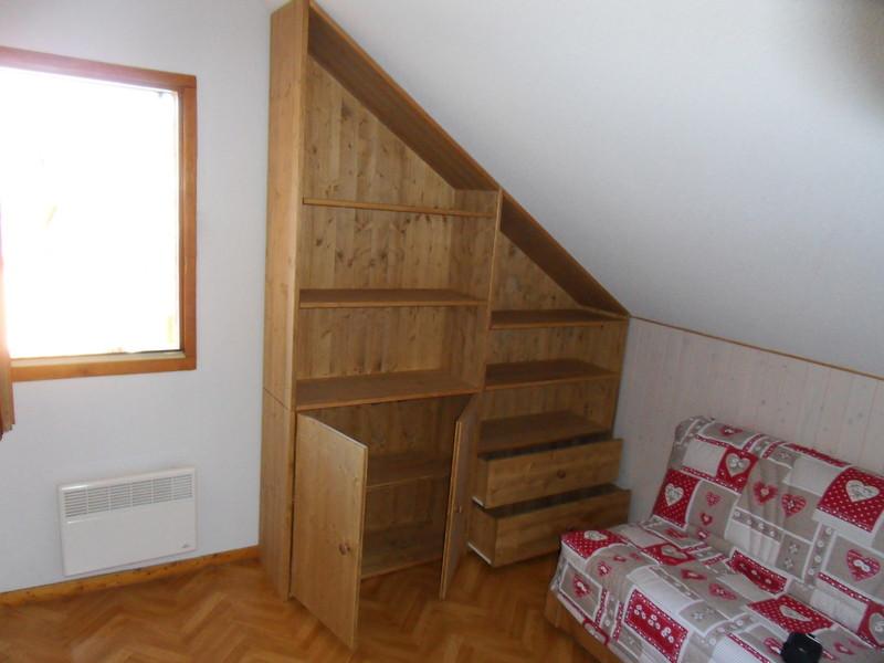 meuble sous mansarde stunning meuble sous pente ikea avec enchanteur amnager un placard sous. Black Bedroom Furniture Sets. Home Design Ideas