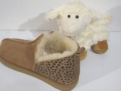 """Chaussons """"Le robuste léopard"""" en mouton retourné - Chaussons-pantoufles en peau et laine - La Petite Boutique - Voir en grand"""