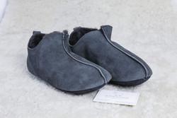 Chaussons-pantoufles lutin gris 100 % en agneau double face - Chaussons-pantoufles en peau et laine - La Petite Boutique - Voir en grand