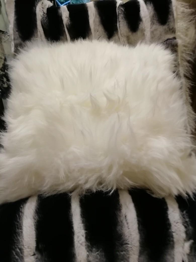 Coussins blanc carré en mouton - Peaux et coussins  - La Petite Boutique - Voir en grand