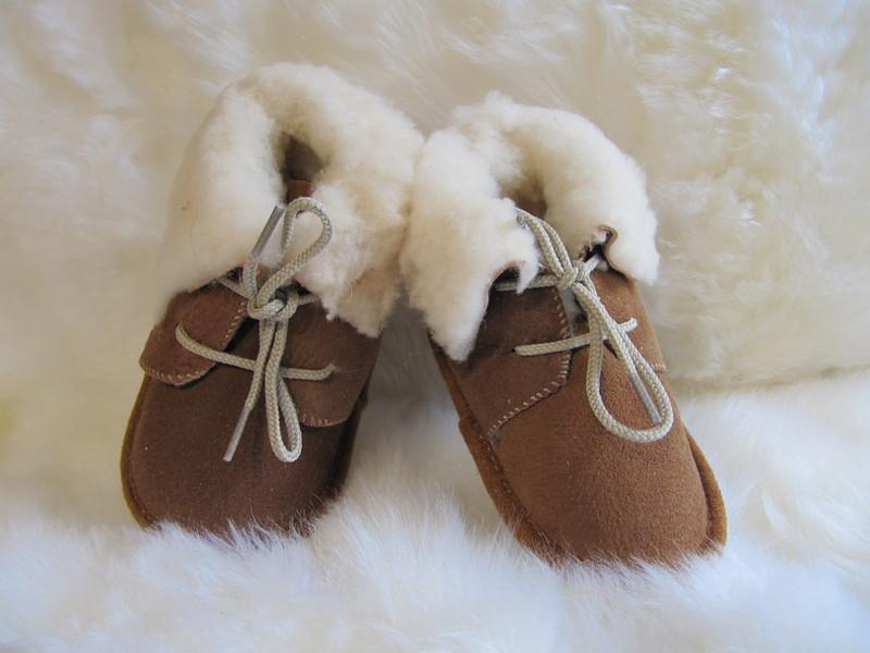 2d84231652203 Chaussons bébé en mouton retourné marron naturel - Chaussons laine et peau  pour les tout petits