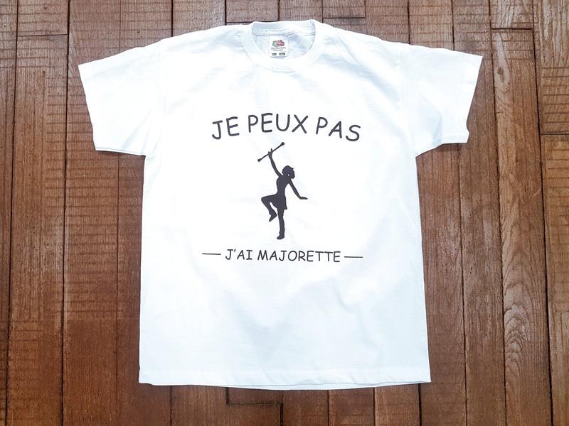 T-shirt Blanc je peut pas j'ai majorette - T-SHIRT PERSONNALISE A MESSAGE - TIME'S - CADEAUX PERSONNALISES - Voir en grand
