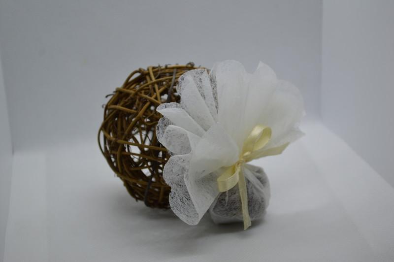 Boule rotin en chocolat 7 cm, garnie d'un tulle avec dragées - COMMUNION - LA FEE PAULYNE - Voir en grand