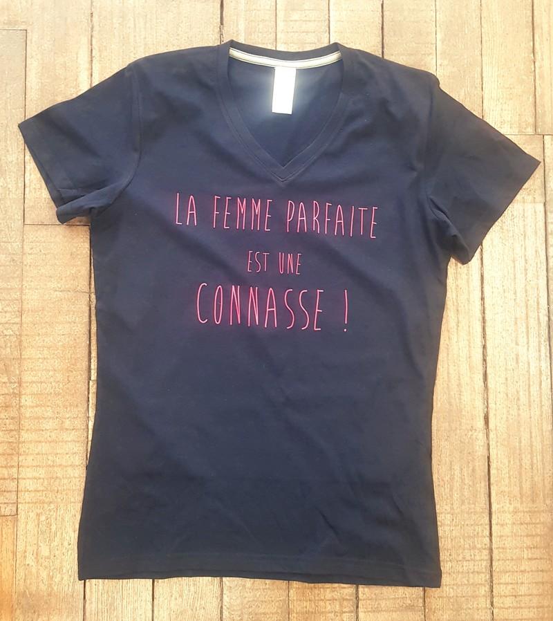 T-shirt noir La femme parfaite est une connasse - Voir en grand