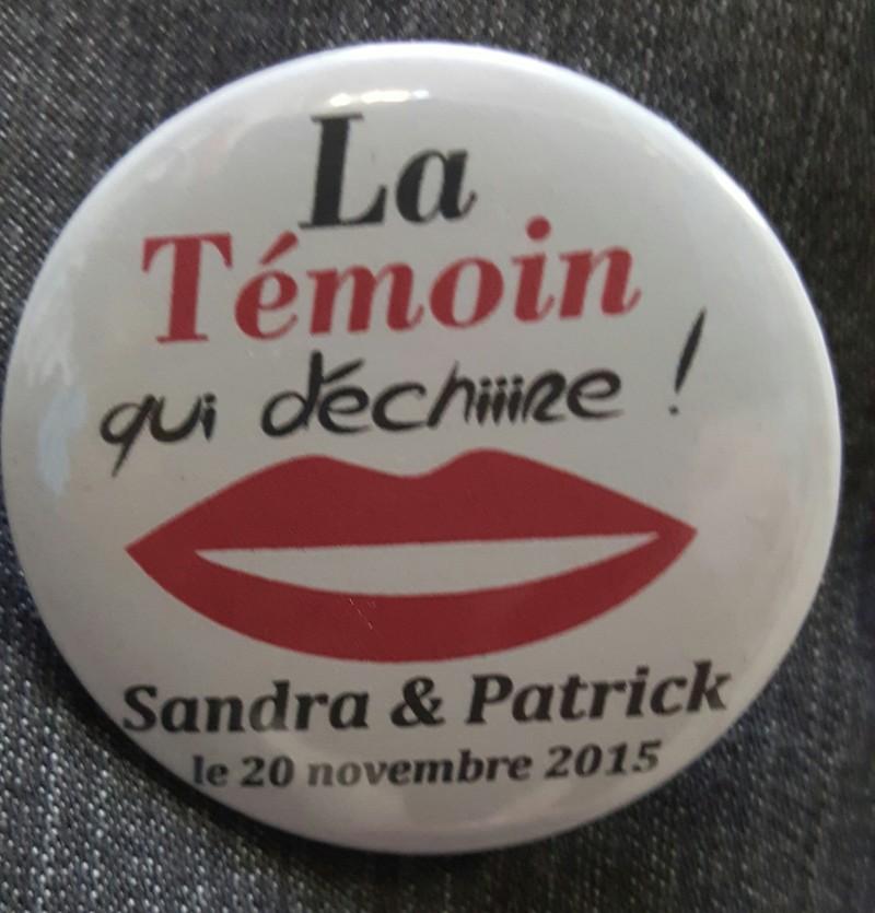 Badge personnalisé mariage rond La temoin qui déchire - Voir en grand