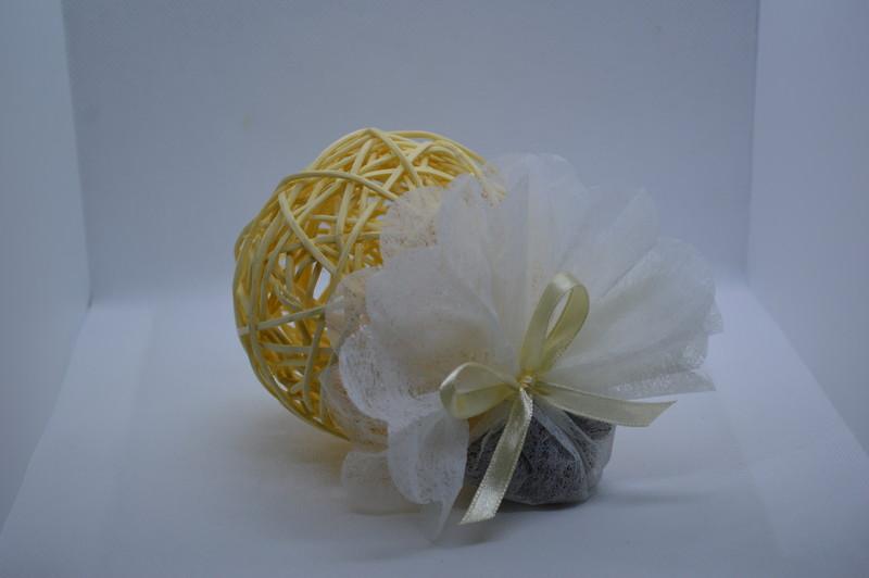 Boule rotin en ivoire 7 cm, garnie d'un tulle avec dragées - COMMUNION - LA FEE PAULYNE - Voir en grand