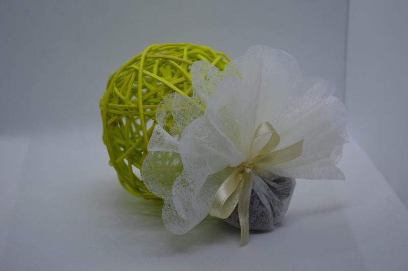 Boule rotin en anis 7 cm, garnie d'un tulle avec dragées - COMMUNION - LA FEE PAULYNE - Voir en grand