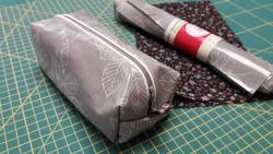 La trousse à crayons en tissu enduit, en 3D et doublée -  - AU DE A COUDRE - Voir en grand