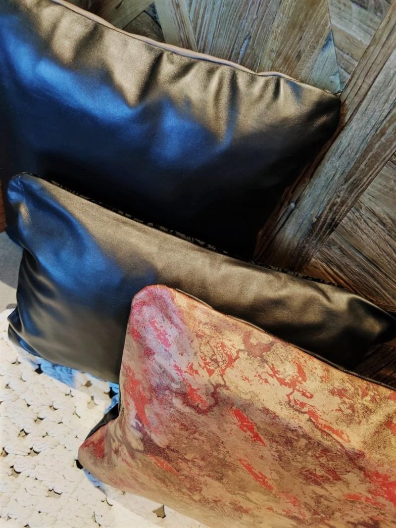 Housse Abstrait Rouge - Noir lisse détails.jpeg - Voir en grand